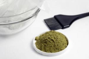 Как приготовить маску для волос из бесцветной хны?