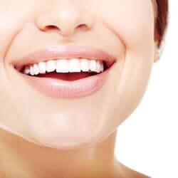 Как отбелить зубы дома?